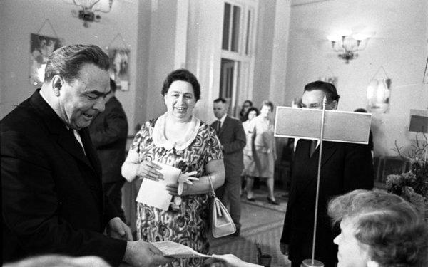 Виктория Брежнева (на заднем плане) с мужем