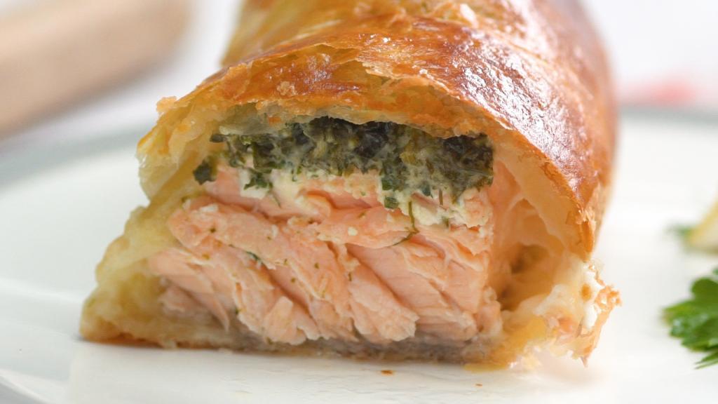 Пирог с красной рыбой: рецепт, ингредиенты, варианты приготовления