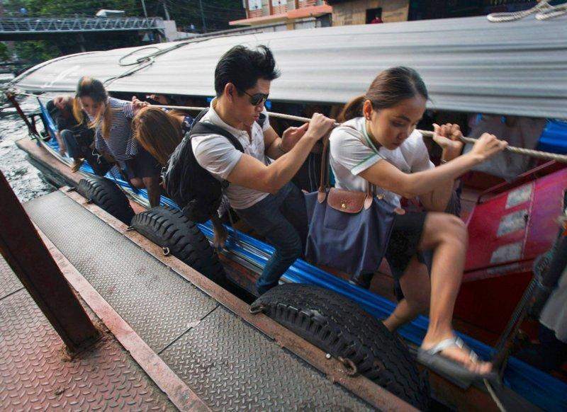 Моторные лодки — распространенный общественный транспорт в таиландском Бангкоке в мире, дорога, езда, люди, пробка