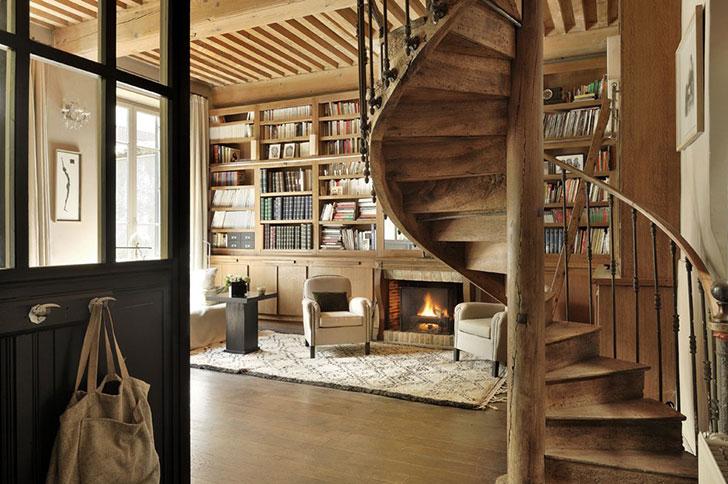 Уютный французский домик с библиотекой и камином
