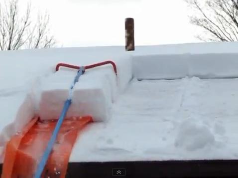 Интересное приспособление для очистки крыш от снега