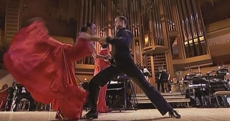 Заиграл оркестр, и на сцену вышла пара. Их страстное танго взбудоражило зрителей!