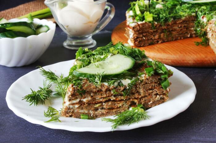Вкуснейший печёночный торт.  Фото: pinterest.ru.