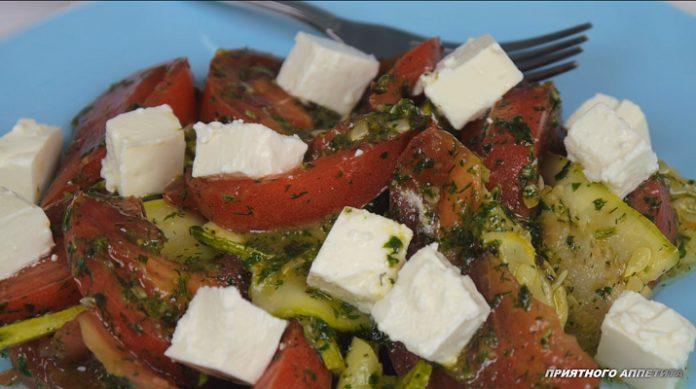Очень вкусный салат из кабачков под зеленой заправкой