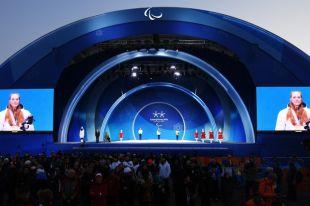 Российским лыжницам вручили медали Паралимпиады