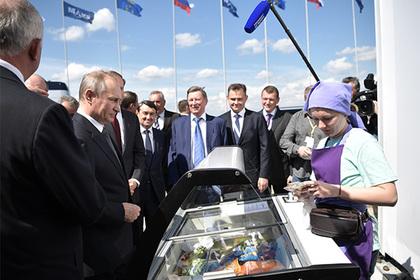 Мимо онлайн-кассы: Приехавший на МАКС Путин на сдачу купил мороженого министрам