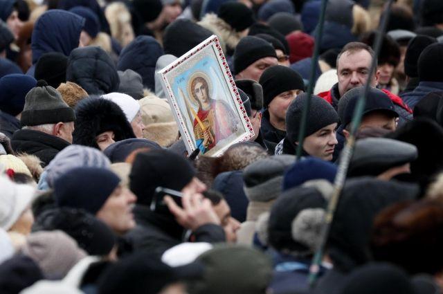 В Киеве на площади собрались тысячи людей перед объединительным собором