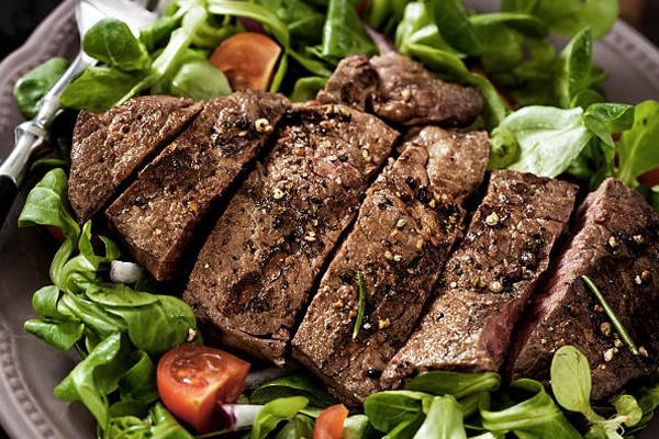 8 шедевральных салатов со стейком
