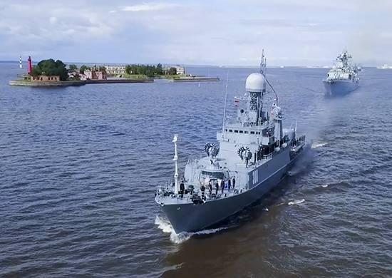 На Кронштадтском рейде проведена тренировка перед Главным Военно-морским парадом