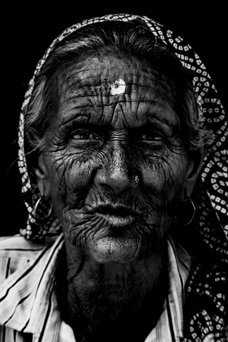 Женщина в переулках Барасны во время фестиваля красок Холи индия, красота, талант, творчество, фото, фотограф, фотография, художник