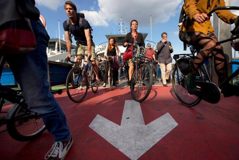 Когда-нибудь доводилось стоять в велосипедной пробке, да еще и на пароме? Для жителей Амстердама это ежедневная реальность, данная им в не очень приятных ощущениях в мире, дорога, езда, люди, пробка
