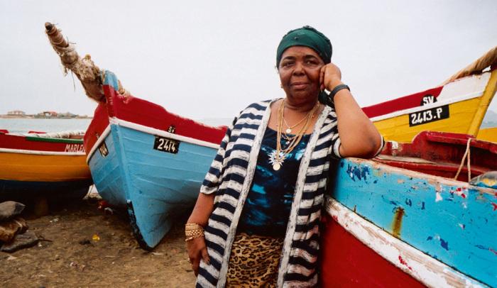 Все, что зарабатывала, она вкладывала вобразование Кабо-Верде или раздавала беднякам. / Фото:writersgang.com