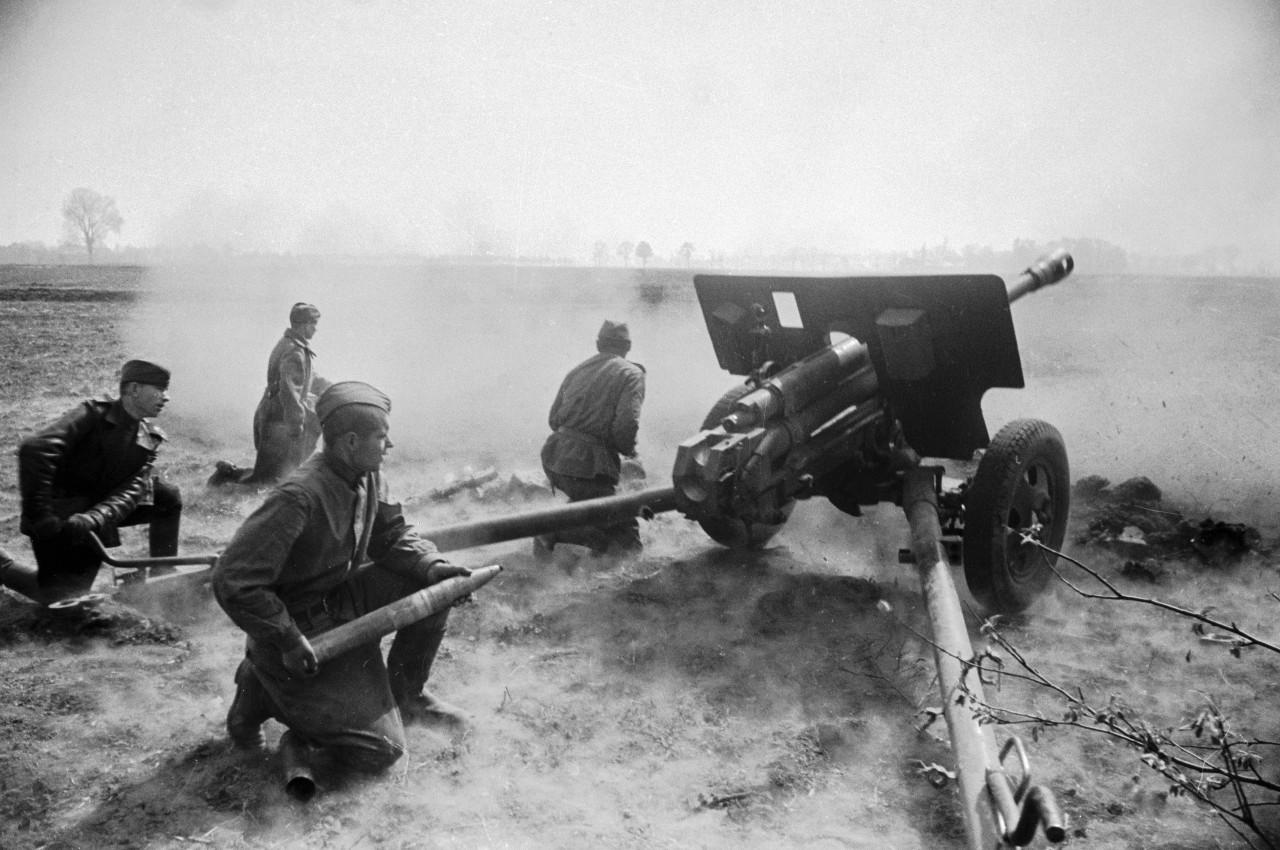 — Эх, предупреждал я этого немца Мюллера, теперь точно его пушку разнесу! — Крикнул Андрейка, зарядив снаряд в орудие.