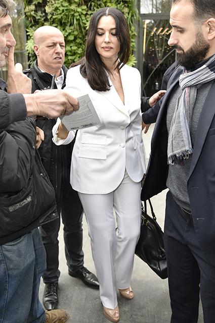 Наконец вся в белом: Моника Беллуччи в ослепительном костюме появилась на улицах Парижа