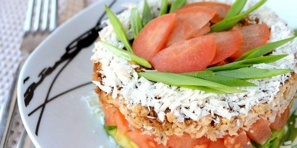 Салаты без майонеза: Слоёный салат с авокадо, помидорами и горбушей
