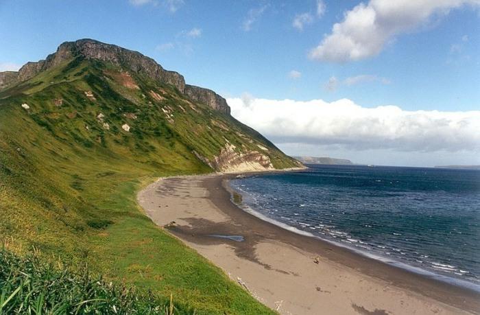Один из Курильских островов. | Фото: commons.wikimedia.org.