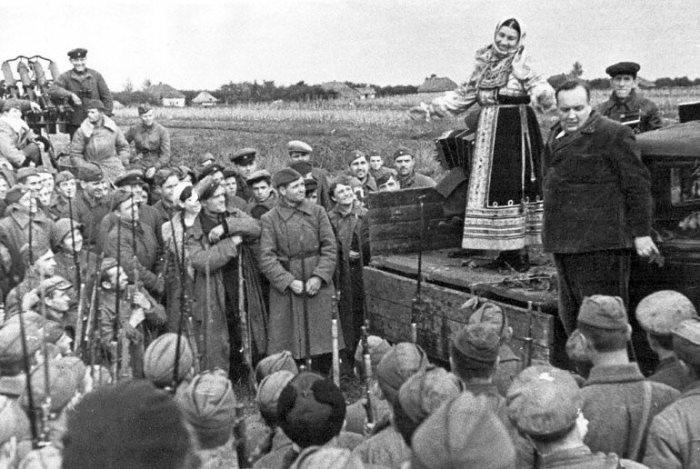 Лидия Русланова на фронтовом концерте