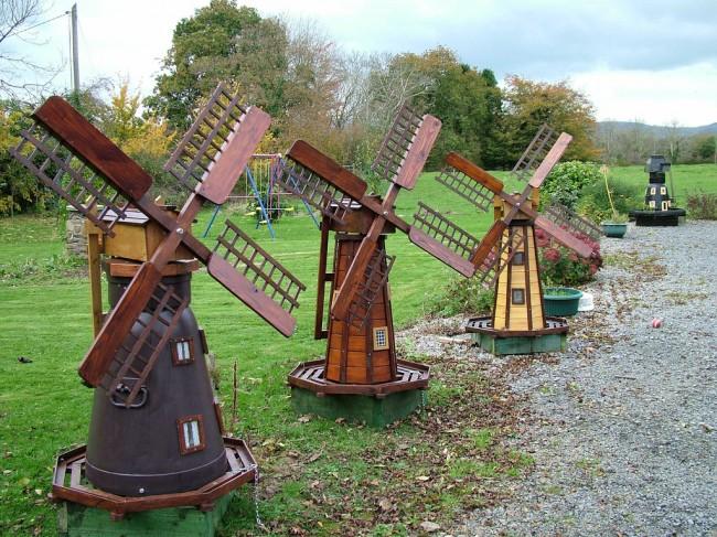 Если размеры участка позволяют, то мельница-ветряк может не просто украшать ландшафт, а и выполнять определенную функцию
