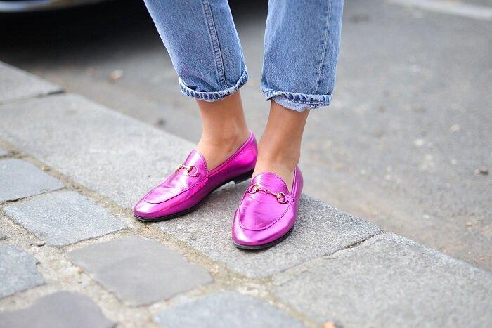 Розовые лоферы цвета металлик сделают вас королевой стритстайла. /Фото: peopletalk.ru