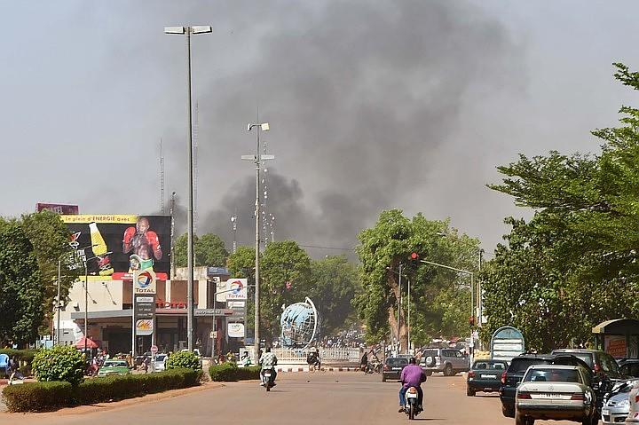 Власти Буркина-Фасо уточнили число убитых при атаках на генштаб и посольство Франции
