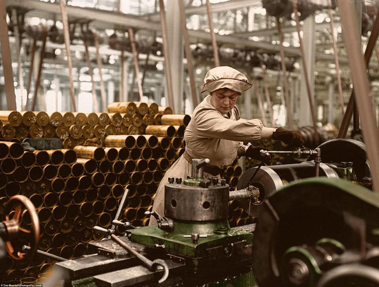 Женщина у станка на военном заводе, Великобритания архивное фото, колоризация, колоризация фотографий, колоризированные снимки, первая мировая, первая мировая война, фото войны