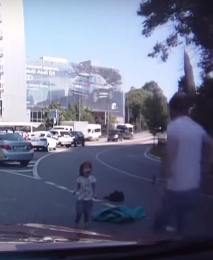 Жительнице Сочи, из автомобиля которой выпали дети, грозит штраф