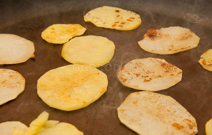 Затем возьмите сухую сковородку и слегка обжарьте картофель