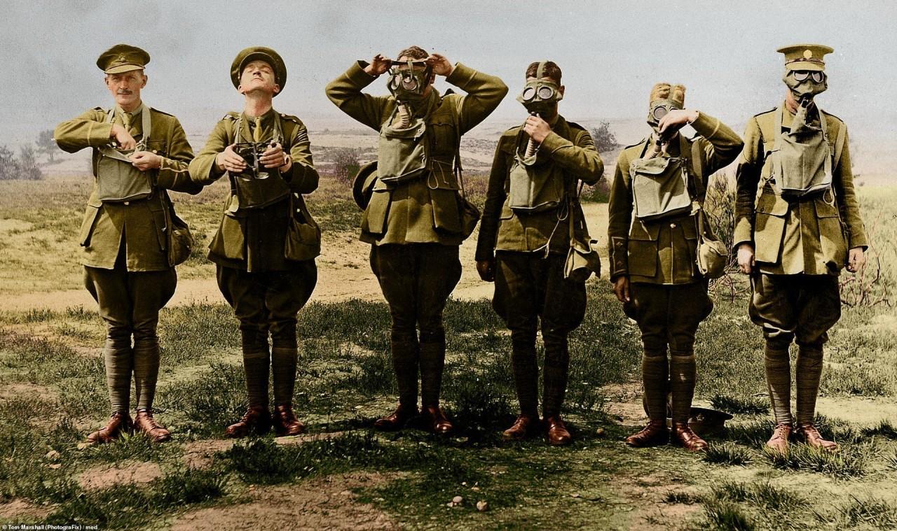 Демонстрация правильного использования противогазов, 1916 г. архивное фото, колоризация, колоризация фотографий, колоризированные снимки, первая мировая, первая мировая война, фото войны