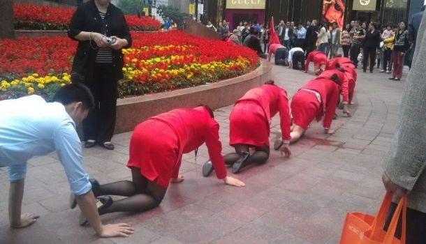ВКитае сотрудниц компании заставили ползти поулице за невыполнение плана
