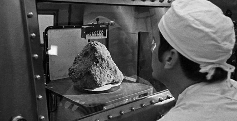 На Луне обнаружили древний камень с Земли
