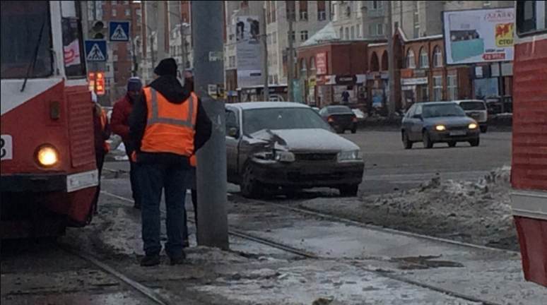 На юге Москвы в ДТП с трамваем пострадали два человека