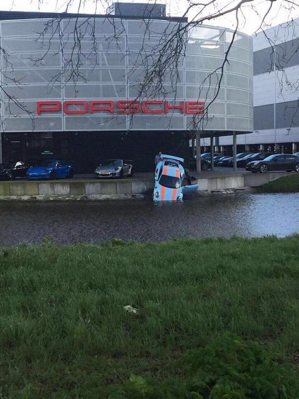 Если кажется, что день не очень, подумай о сотруднике дилерского центра в Амстердаме, который случайно «уронил» Porsche 911 GT3 RS в воду