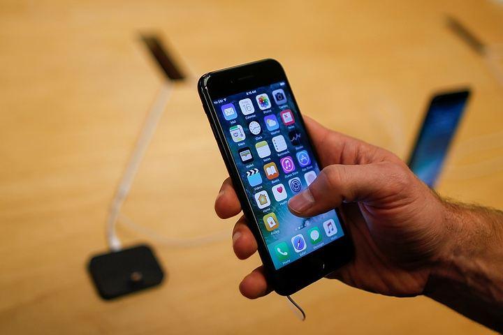 В интернете набирает популярность видео, на котором в новом iPhone 7 просверливают разъем для наушников