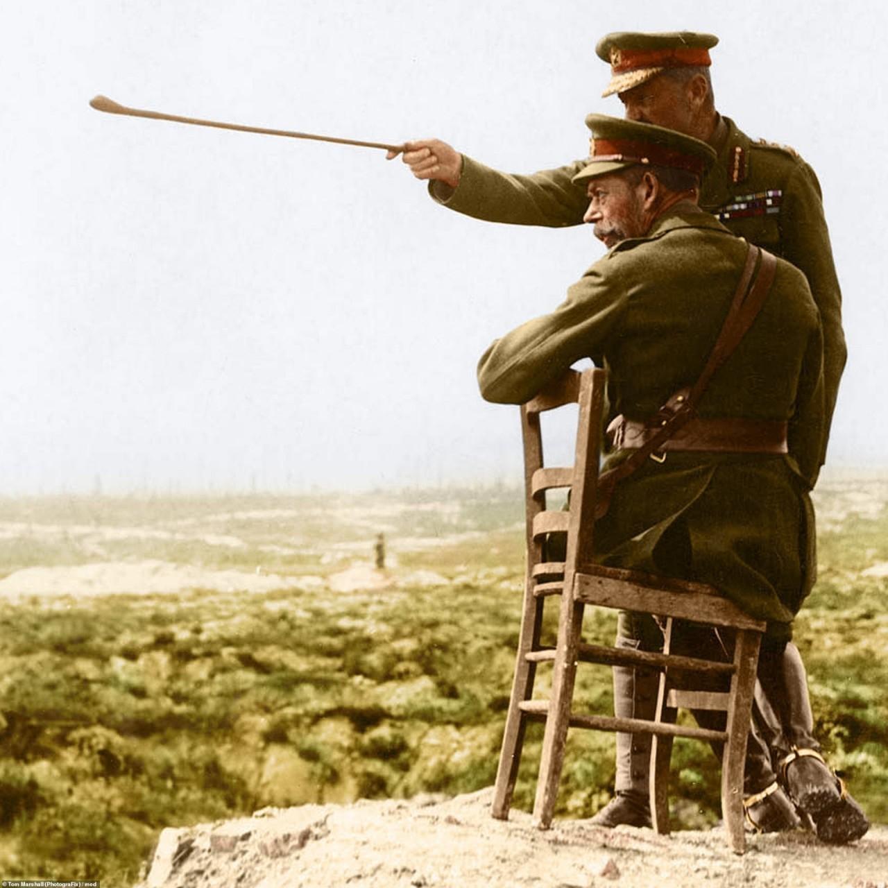 Король Джордж V рядом с командующим армией. После сражения за Тиепваль, Франция, 1916 г. архивное фото, колоризация, колоризация фотографий, колоризированные снимки, первая мировая, первая мировая война, фото войны