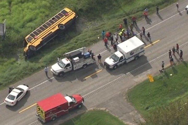 В Техасе перевернулся школьный автобус, 17 человек пострадали