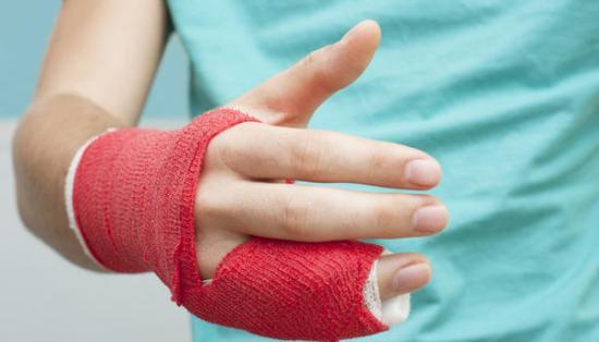 Учительница сломала палец пя…