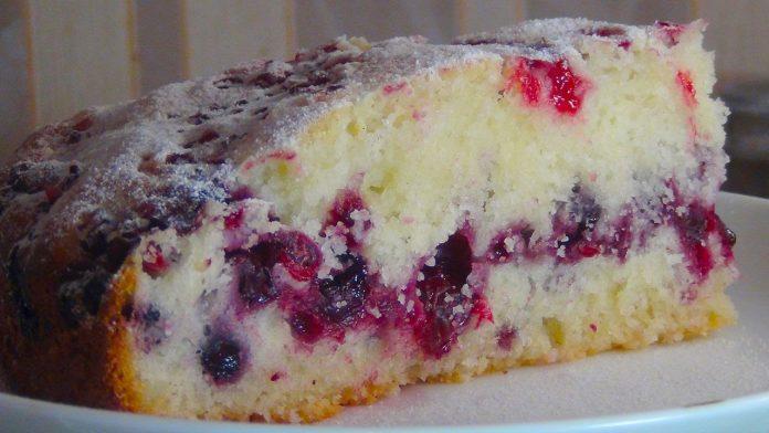 Воздушный сметанный пирог с ягодами — всегда выручит!