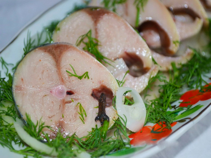 Скумбрия по вкусу как красная рыба: секрет в особом маринаде!