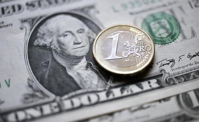 Пора продавать евро: Доллар сравняется с «европейцем» уже скоро