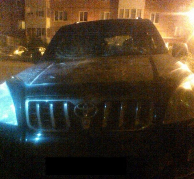 Во Всеволожске за парковку на газоне в автомобиль бросили люк