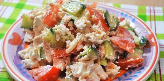 Салаты без майонеза: Салат с курицей, фетой, помидорами и огурцом