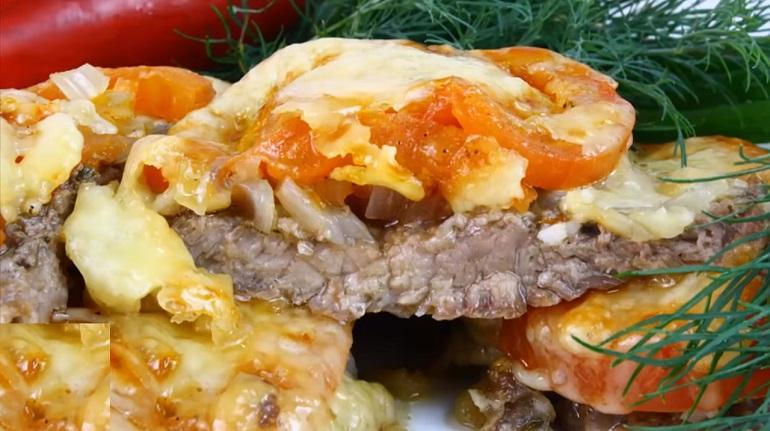 Мясо под шубой из лука и помидоров: готовим в духовке