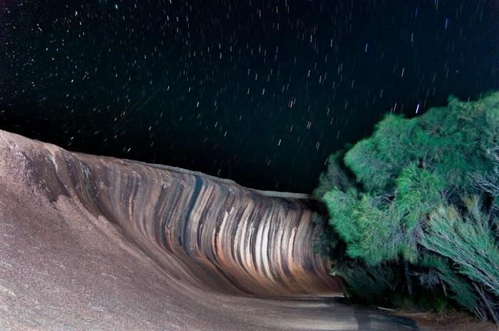 Потрясающая, естественно сформированная скала, которая напоминает гребень огромной волны, словно кто-то заморозил воду.