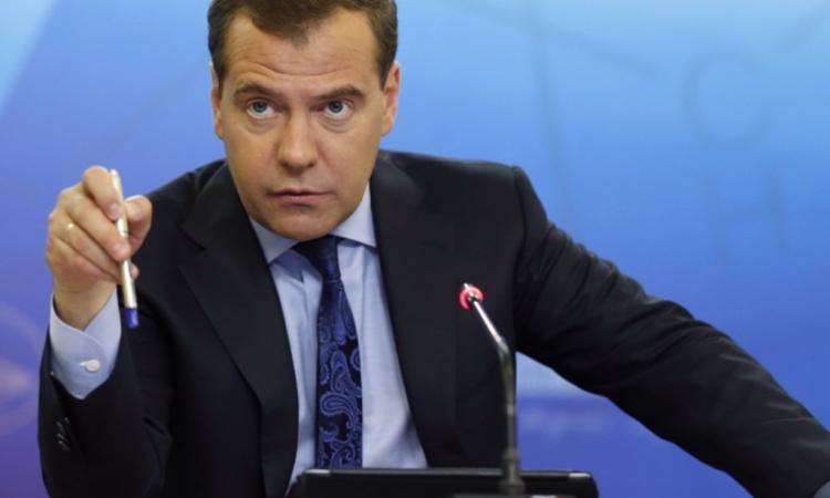 Дмитрий Медведев поручил обсудить предложения по оплате труда педагогов