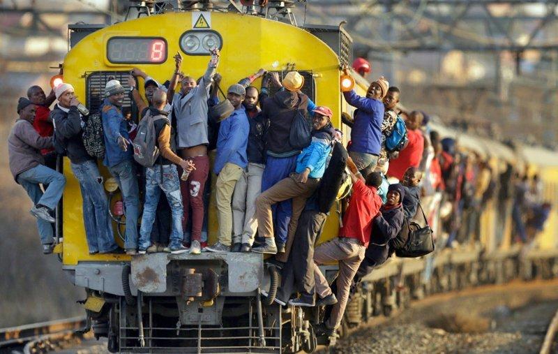 Один из самых популярных способов добраться до Йоханнесбурга (ЮАР) из его многочисленных пригородов — на поезде. Иногда буквально. На фото: состав на линии из Соуэто в мире, дорога, езда, люди, пробка