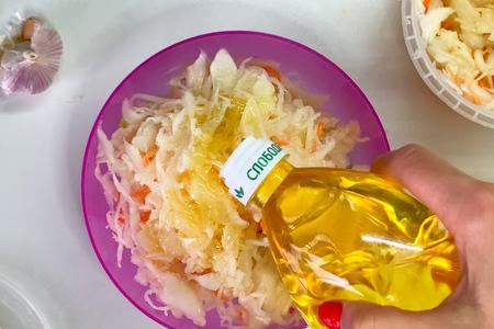 Салат с квашеной капустой: фото шаг 6