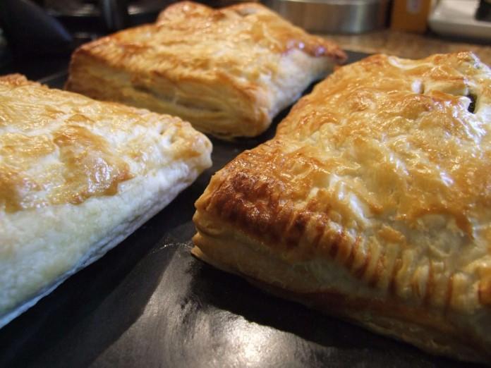 Слойки с сыром — быстрое угощение или перекус с собой!