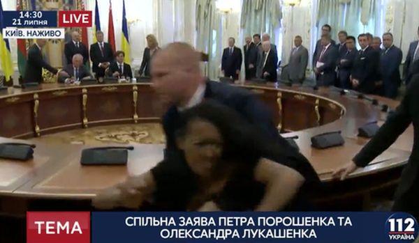 Полуголой активистке Femen неудалось сорвать встречу Порошенко иЛукашенко