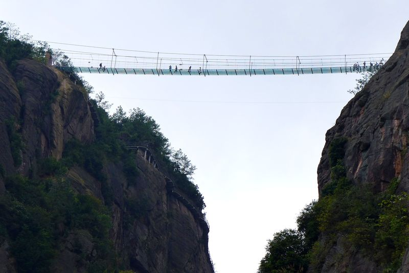 Спот: стеклянный мост над пропастью