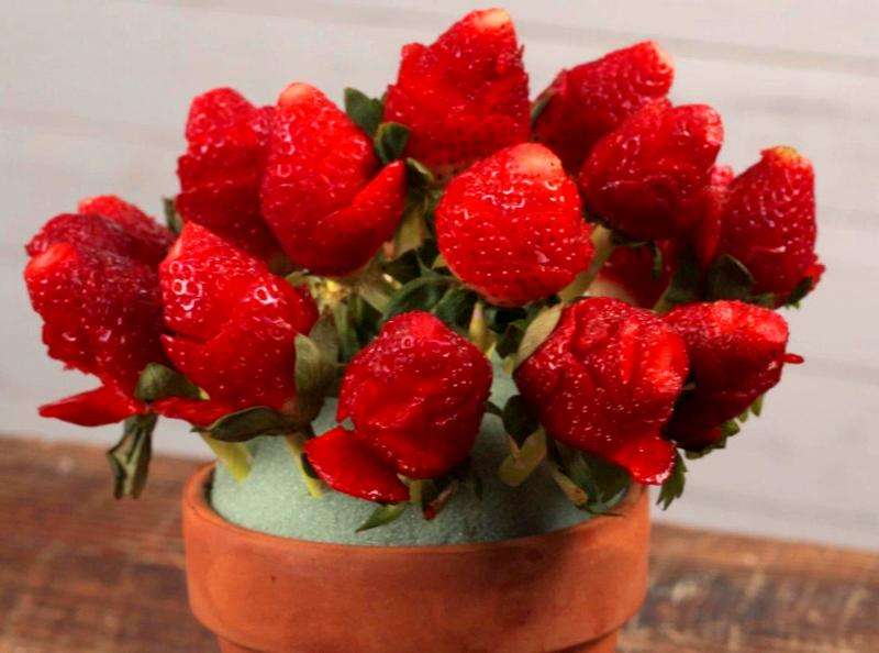 Букет роз из клубники - красивый подарок для женщины